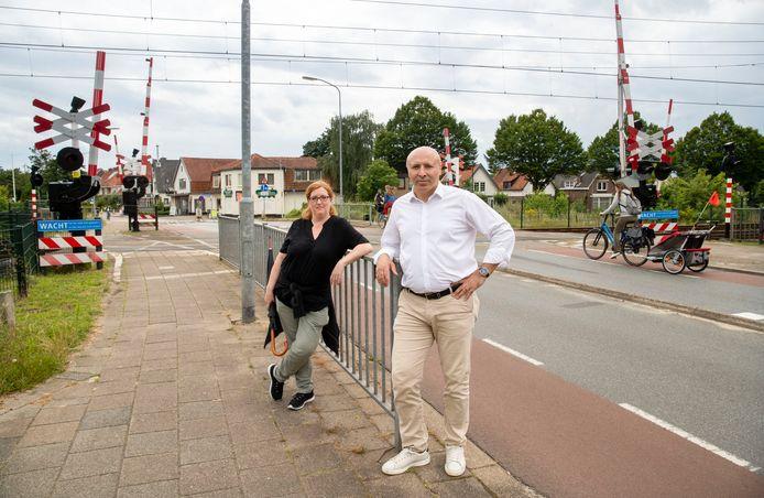 Gemeenteraadslid Rasit Görgülü (Democratische Kiezers Ede) en buurtbewoonster Femke Akerboom-Beekman zijn tegen sluiting spoorwegovergang Kerkweg, zolang er nog geen tunnel ligt.