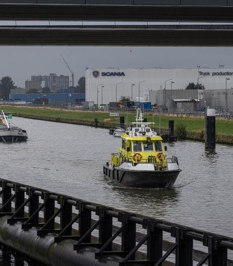 Gifschip uit Zwolle aangekomen bij Ketelmeer, waar gevaarlijke lading wordt gelost
