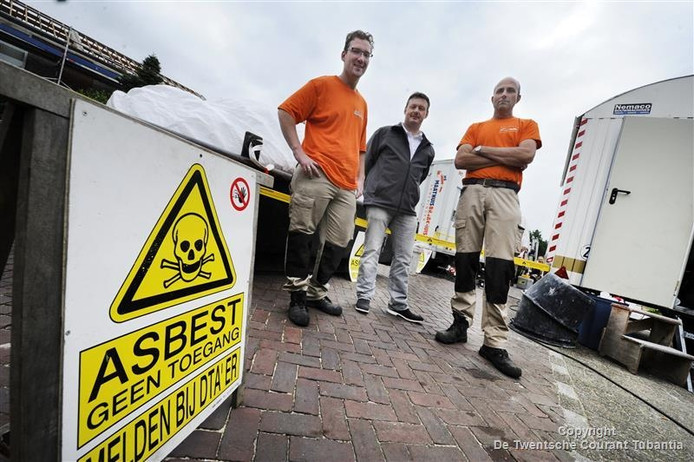 Asbestsaneerders Michael Mensen en Jan Jansen (L) en directeur Mark Braakhuis (m) op de werklocatie
