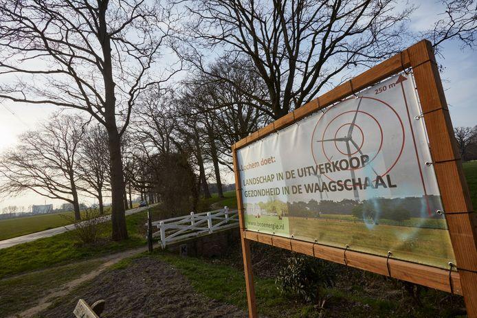 Belangenvereniging Exel en Omstreken heeft sinds kort een groot protestbord in het buitengebied opgehangen.