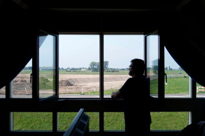 Het uitzicht van één van de omwonenden op de IJssel. Vrijwel geen uitzicht door de aangelegde dijk.