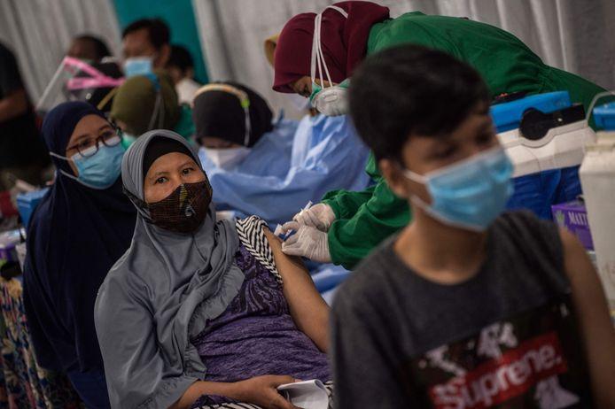 Bewoners schuiven aan om het Sinovac-vaccin te krijgen in Surabaya op Java.