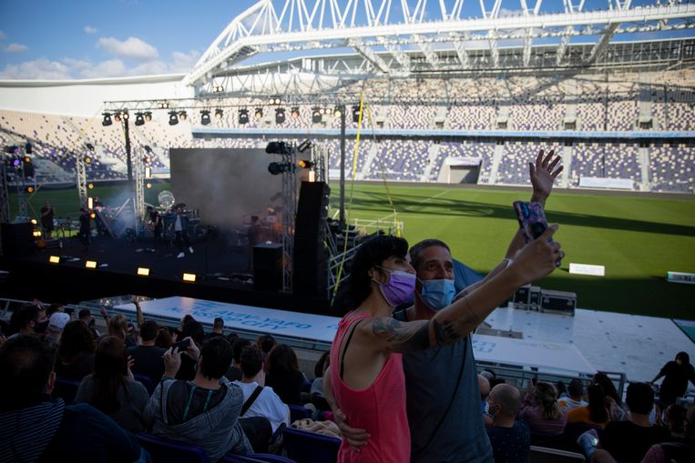Honderden gevaccineerde mensen hebben vrijdag een concert in openlucht bijgewoond dat door het stadsbestuur van Tel Aviv georganiseerd was. Beeld AP