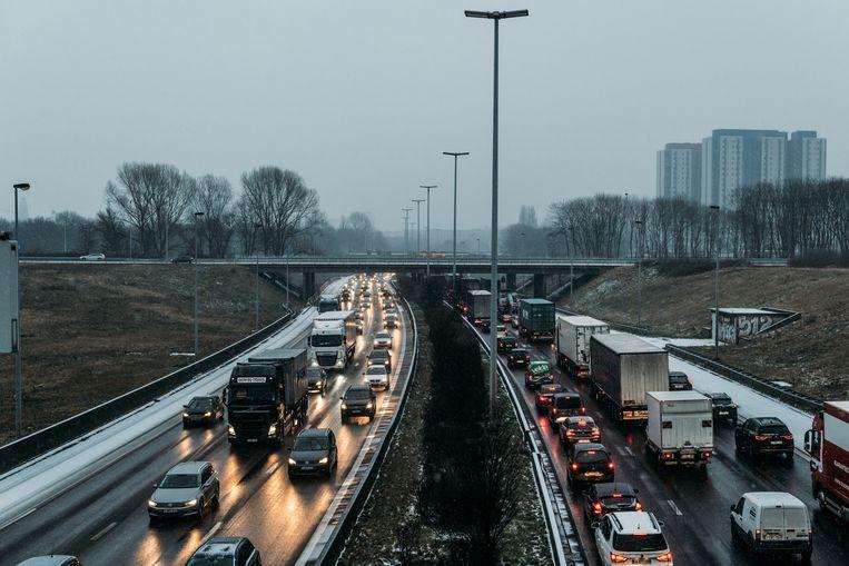 Zonder nieuwe maatregelen en infrastructuur wacht ons heel wat verkeersellende, zo blijkt uit een studie van het Planbureau. Beeld eva beeusaert