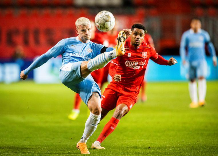 Philipp Max van PSV  haalt de bal voor de neus weg van Danilo van FC Twente.  Beeld Jiri Büller / de Volkskrant