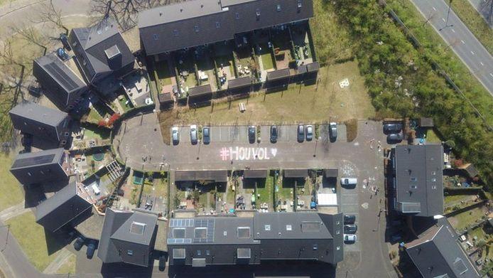 'De drone heeft ons gisteren niet gevonden, maar omdat we zo trots zijn met de buurt op ons kunstwerk, én we zelf een drone hebben, willen we toch even de foto's delen', schrijft  Sanne de Bruijn-Pronk uit Nijmegen. Deze tekening staat in de Hawinkelsstraat