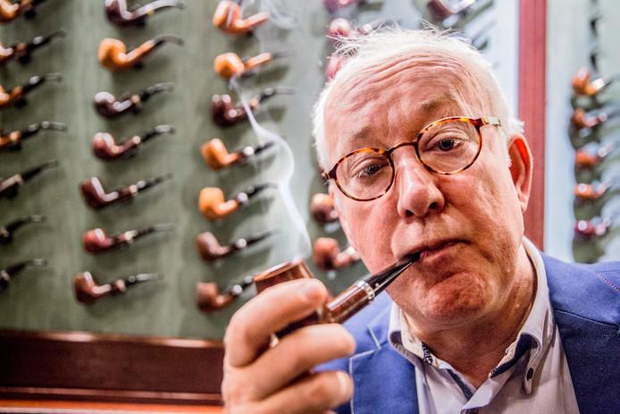 In de sigarenspeciaalzaak van Willem Schimmel (foto boven) in Zutphen gaf pijptabakmelangeur Erik Stokkebye (inzetje) gisteren uitleg over pijproken. ,,Het is zo 'relaxing'.''