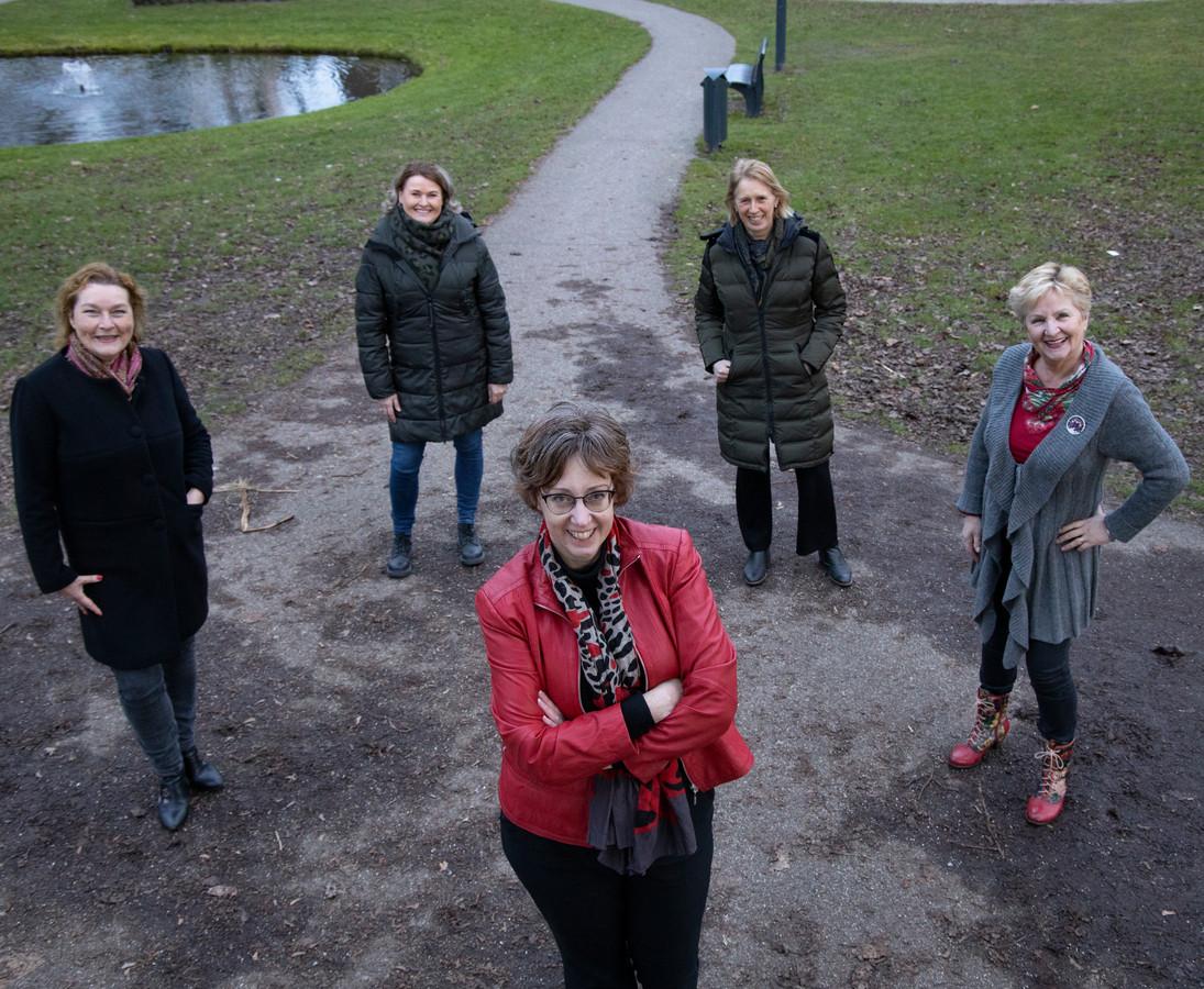 Zangeressen Machteld Massée, Monique Tebak, Yolanda van Dinther, Noor Tebak en Gertje Raassens dagen elkaar elke dag muzikaal uit via een 'song challenge'.