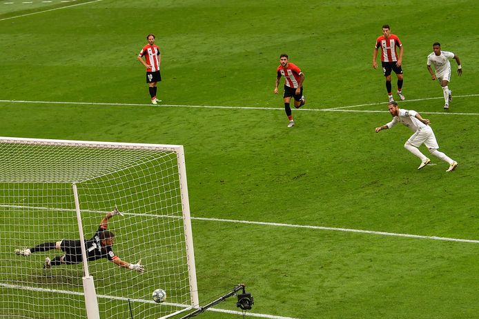 Sergio Ramos schiet de penalty onberispelijk in de hoek tegen Athletic Club de Bilbao. Tegen Getafe, afgelopen donderdag, kroonde hij zich ook al tot matchwinner bij Real Madrid.