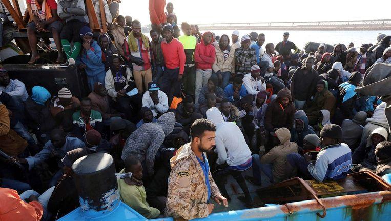 Onder andere Italiaanse en Franse schepen hebben dit weekeinde ruim 5800 Afrikaanse bootvluchtelingen van overvolle boten gered op de Middellandse Zee voor de kust van Libië. Beeld EPA