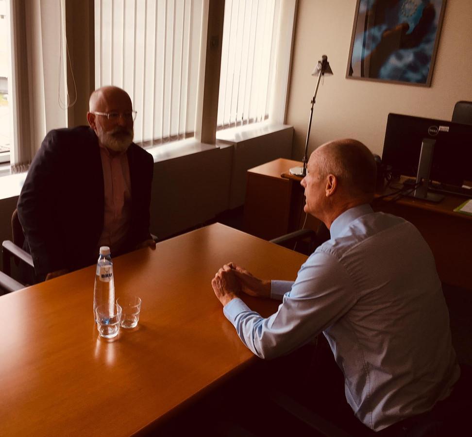 Minister Stef Blok van Buitenlandse Zaken zat tijdens de troonrede in gesprek met Eurocommissaris Frans Timmermans