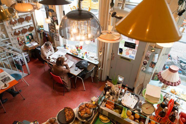 Bij Latei is alles te koop, niet alleen je lunch, ook de lampen, stoelen en accessoires Beeld Charlotte Odijk
