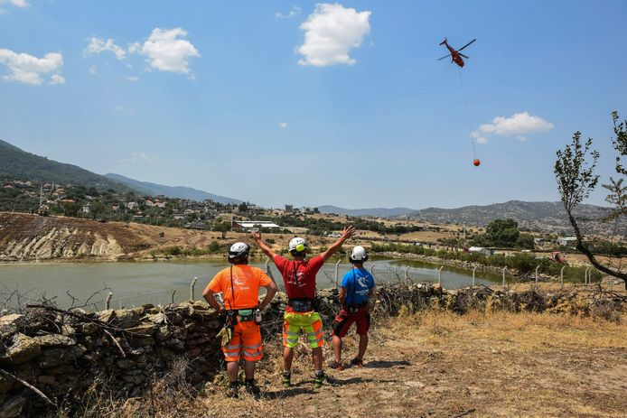 Een helikopter neemt water mee uit een meer nabij Cine, in de provincie Aydin.