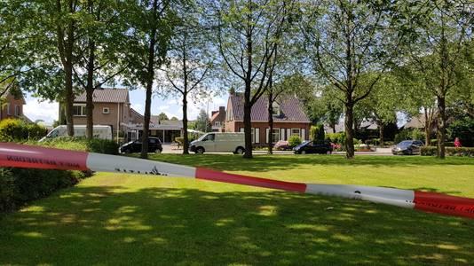 De politie doet onderzoek bij een aangetrroffen wit busje in de Alex Willemsstraat in Winssen
