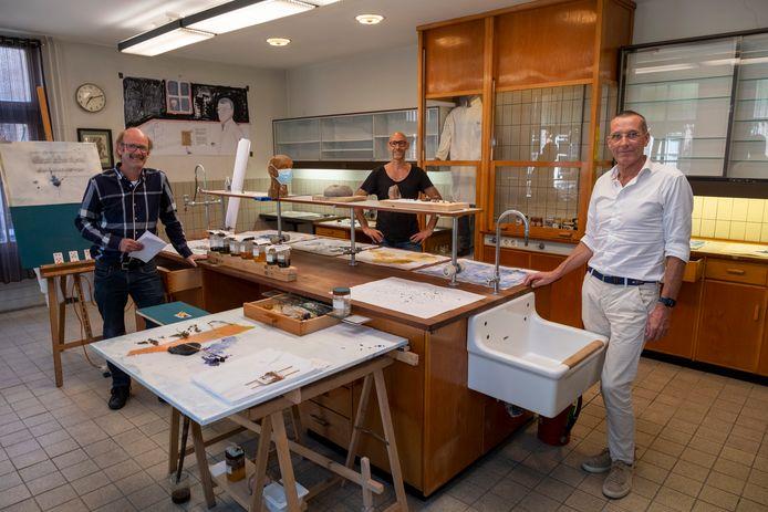 Expositie in het voormalig laboratorium van apotheker Van de Sande. Vlnr: Michiel Snoek, Zeus Hoenderop en Marc van Eekelen.