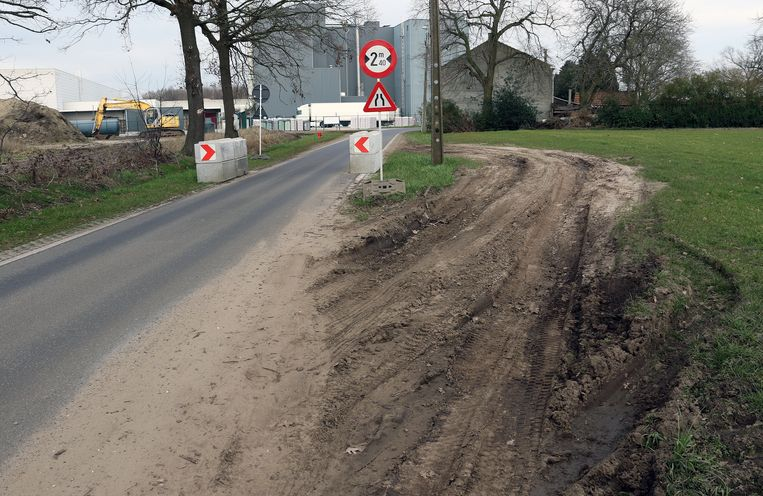 De wegversmalling werd destijds vermeden door een ommetje te maken door een naastgelegen weiland. De betonblokken zijn intussen verwijderd.