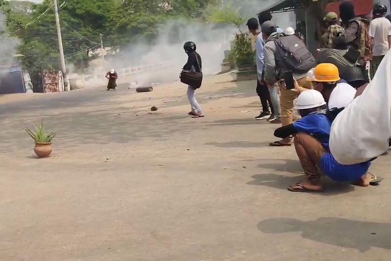 Screenshots van een video waarop te zien is hoe een demonstrant wordt doodgeschoten. Beeld AFP