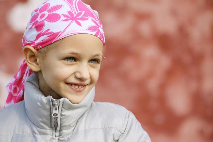 Een meisje met een hoofddoek, die haar haarverlies na een chemokuur verbergt.