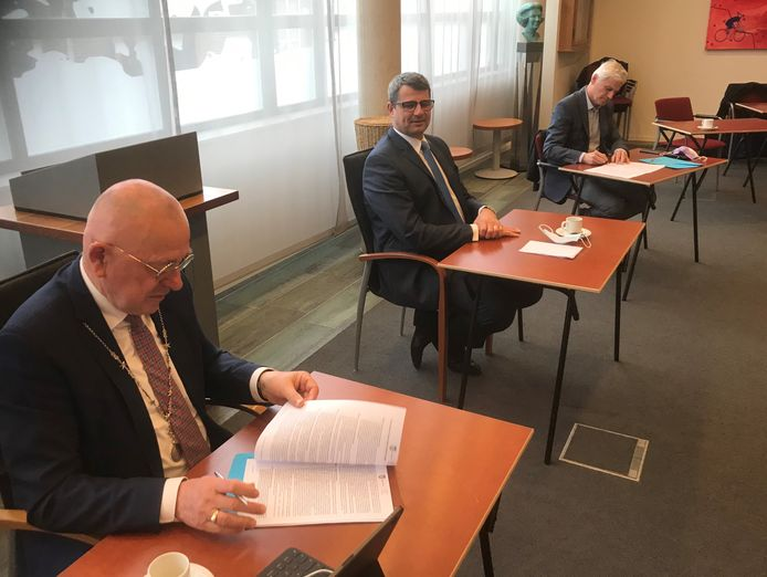 Onder het toeziend oog van gedeputeerde Erik Ronnes (midden) tekenen burgemeester Pierre Bos (voorgrond) en directeur Wim van de Kerkhof van de provinciale ruimte-voor-ruimtecommissie een overeenkomst in Boekel.