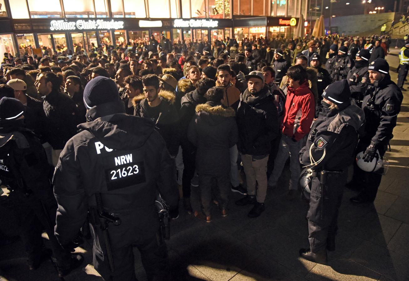 De politie omsingelt een groep mannen in Keulen.