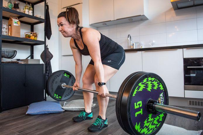Jessica Beyaerts doet aan powerlifting en heeft overal materiaal vandaan gesprokkeld om thuis te kunnen trainen.