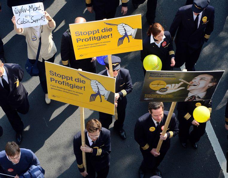 De slogan van de piloten tegen de directie, 'Stoppt die Profitgier' ('Stop de hebzucht naar winst'), kwam vorig jaar daarom als een boemerang in hun gezicht terug. Beeld GETTY