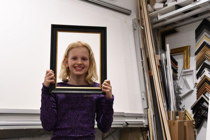 Lotte Emmerzaal, een leerling van KC 't Schrijverke, maakt een dolletje bij galerie/lijstenmakerij The Arts. Ze loopt daar een dagje mee in het kader van een 'snuffelstage' die in relatie staat met de KInderboekenweek.
