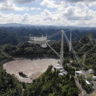 iconische-radiotelescoop-bekend-van-james-bond-is-nu-echt-total-loss