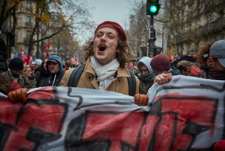 Een demonstrant nabij Place de Republique in Parijs tijdens één van de grootste stakingen in jaren.