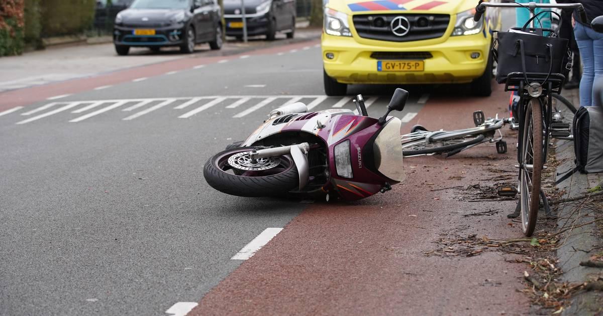 Motorrijder wordt aangereden in Deventer, valt en haalt drie fietsers onderuit.