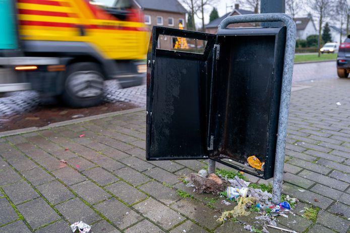 Ondanks het ingestelde vuurwerkverbod hebben vandalen tijdens de jaarwisseling nog de nodige vernielingen aangericht aan eigendommen van de gemeente Hellendoorn. Die schade bedraagt ruim 10 mille.