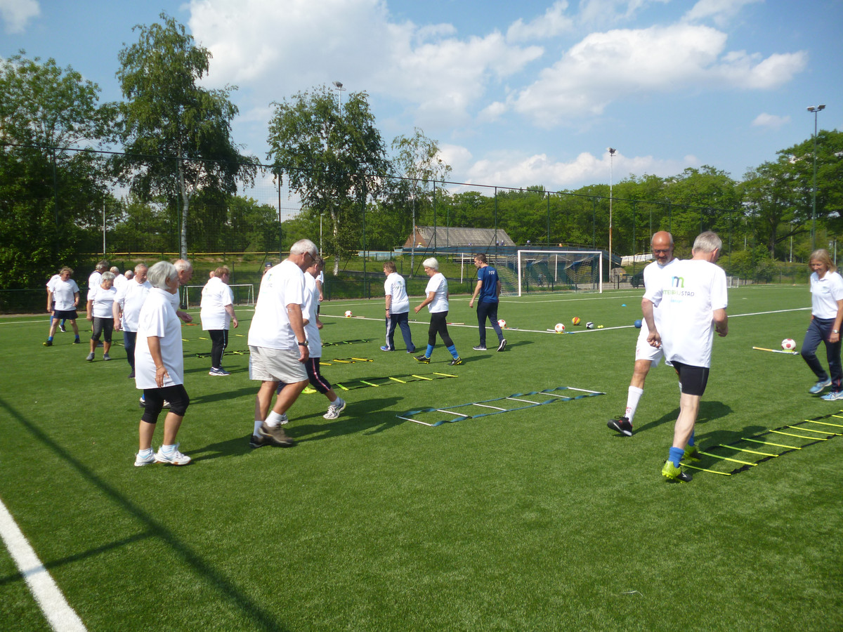 Deelnemers in actie tijdens Walking Sports op sportpark De Molenheide van Avanti'31 in Schijndel.
