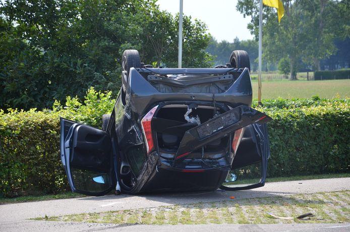 De bestuurder van deze auto moest naar het ziekenhuis worden gebracht na een aanrijding met een tegenligger.