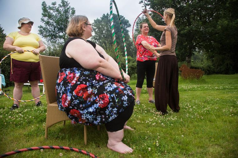 De dames volgen een workshop hoelahoep.
