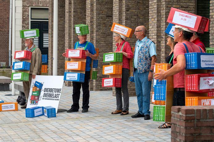 Bij het gemeentehuis in Elst werd gedemonstreerd tegen besloten vergaderen over de railterminal.