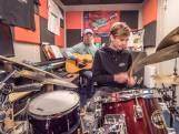 Kleinzoon Polle Eduard begeleidt grootvader op de drums: 'Beroemd? Hij is gewoon mijn opa'