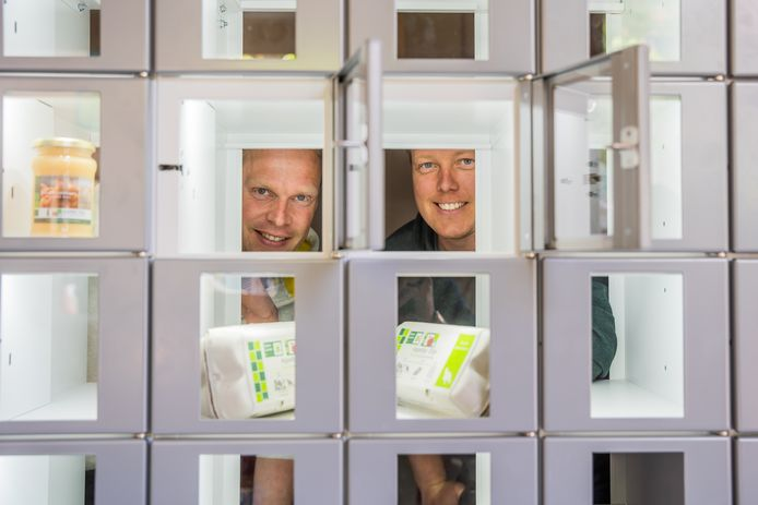 De Betuwse ondernemers Gertjan van Dam (links) en Sven Wiggelo openen de zesde winkel van Appeltje-Eitje in Arnhem.