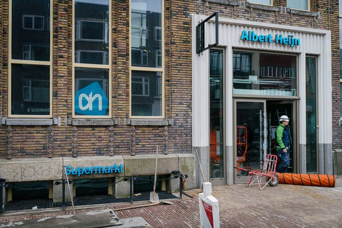 De blauwe belettering van de huisstijl van Albert Heijn ontsiert volgens veel Utrechters het voormalige postkantoor aan de Potterstraat in Utrecht. Op 12 februari gaat de supermarkt open.