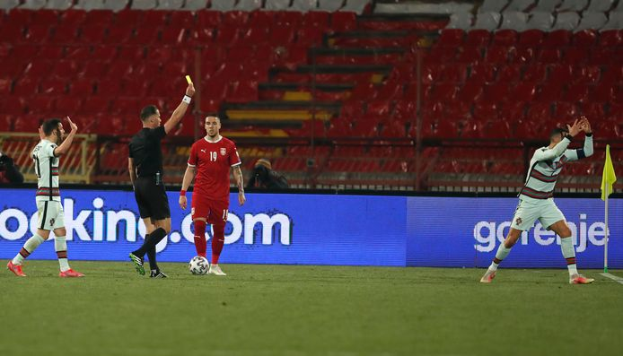 Danny Makkelie geeft Ronaldo geel na zijn hevige protest.