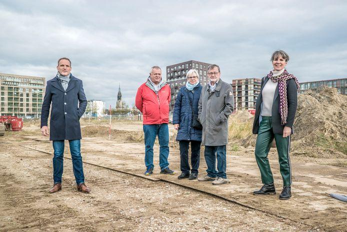 Bewoners en uitvoerenden op het bouwterrein van Nieuw Delfts Poort. Vanaf links bouwer Peter Bol, de toekomstige bewoners Rick Smits, Karel Schols en Ineke Levelink en architect Liesbeth Janson.