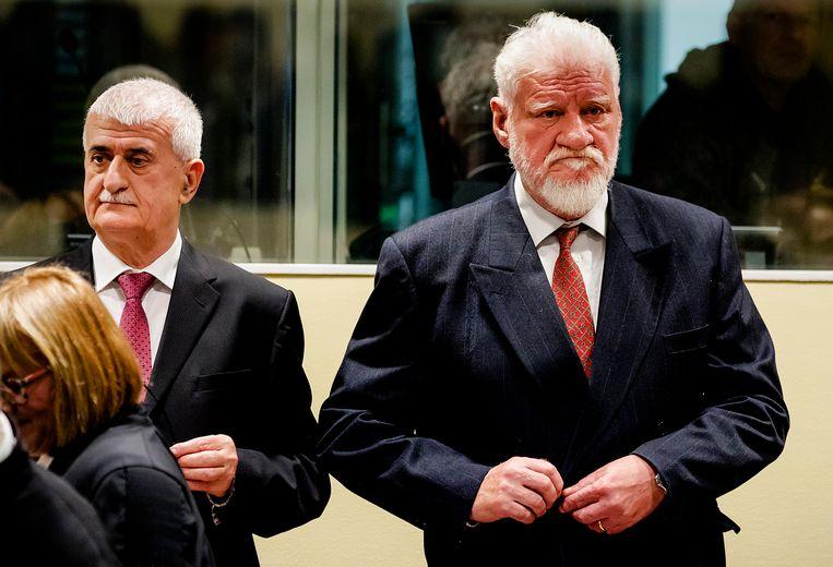 Slobodan Praljak (rechts), gisteren tijdens de laatste zitting van het Joegoslaviëtribunaal in Den Haag. Beeld AP