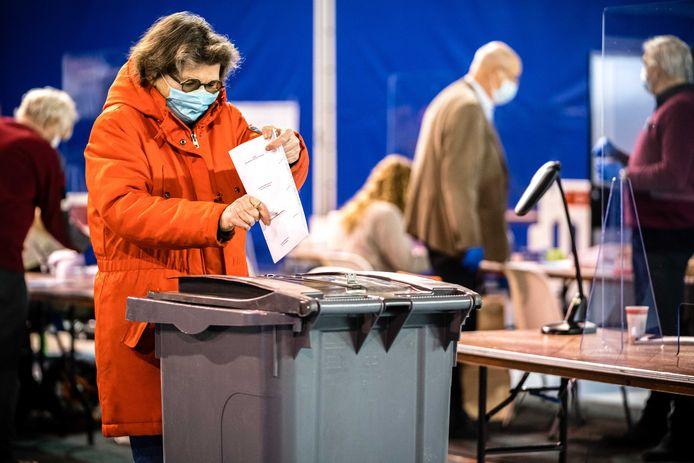 Mondkapjes waren verplicht bij het stemmen voor de Tweede Kamer afgelopen maand, zoals hier in Eindhoven.