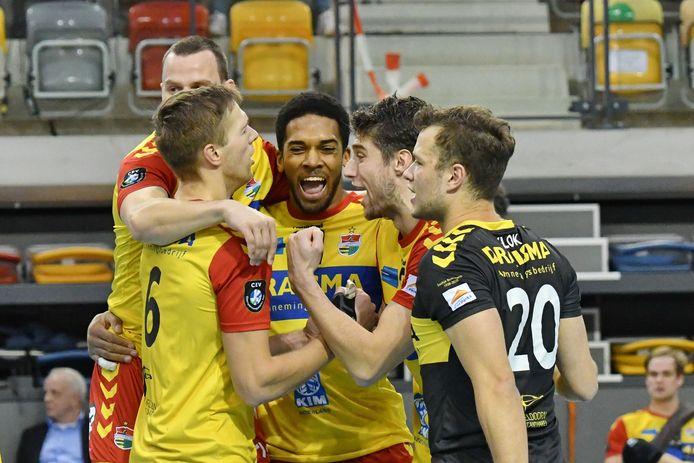 De volleyballers van Dynamo beginnen door de avondklok zaterdag eerder aan het duel tegen Orion.
