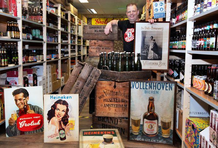Barry ter Meulen in zijn  Kulenborgse Bierhandel. Met in zijn hand een bijzondere reclameposter met koningin Wilhelmina erop.
