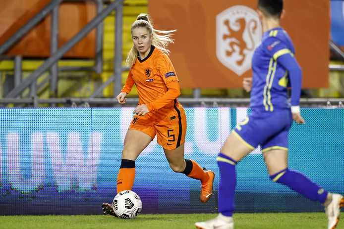 Kika van Es in actie tijdens de interland, vorig jaar, tegen Zweden.