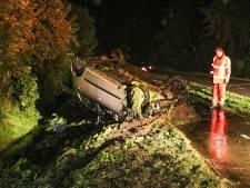 Enorme schuiver langs donkere polderweg bij Rutten maakt van auto hoopje schroot