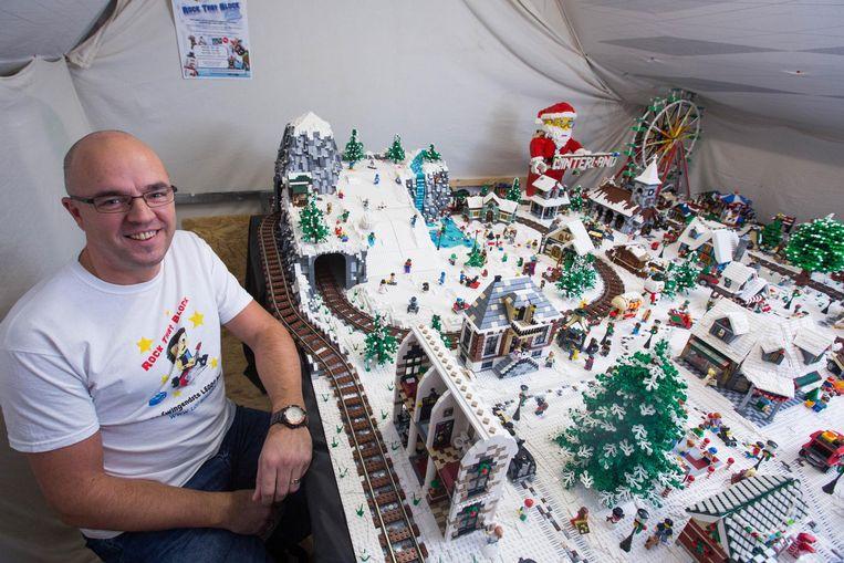 Steven Decoutere bij zijn prachtige Lego-stad .