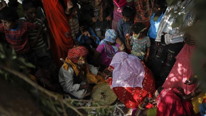In het rood kindbruidje Krishna (11), eerder in India.