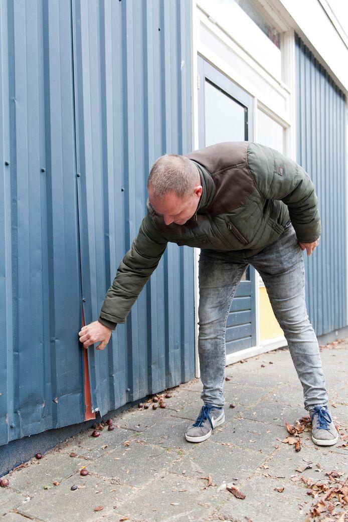 Voorzitter Rick Oudenampsen laat zien wat er scheelt aan het vijftig jaar oude pand waarin zich buurthuis NaoberLOOkaal bevindt.