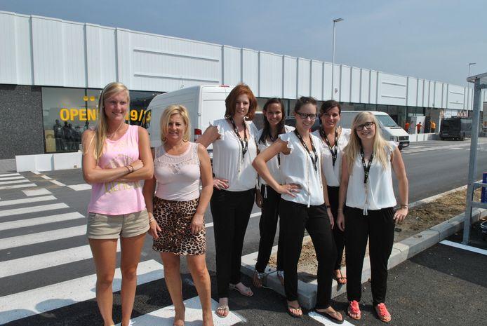 Nicoline D'Huyvetter en Annemie Delbeke van Bent (links) en het JBC-winkelteam Deborah De Rynck, Celine Faiella, Valerie Roobroeck, Stephanie Dheygere en Jana Verbeke.